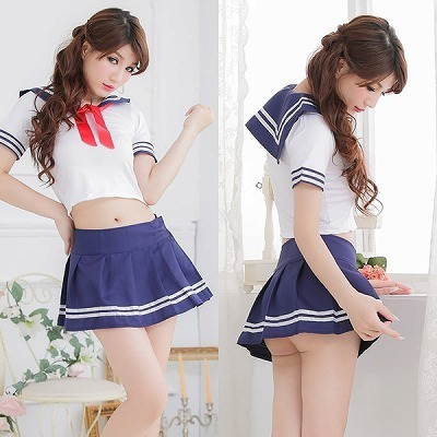短めトップス・白いラインの爽やかセーラー服